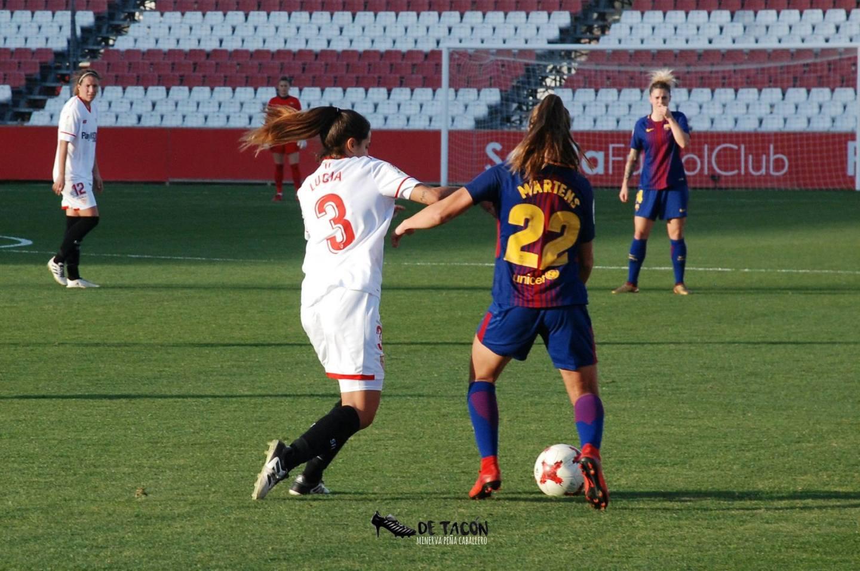 Lucía y Martens luchando por el balón en El Viejo Nervión