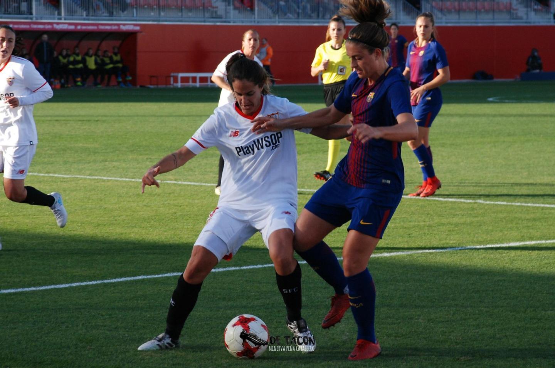 Alexia y Lucía disputan el balón en el Viejo Nervión