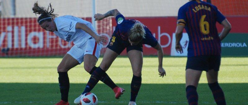 Jenifer Morilla y Mapi León se disputan un balón ante la mirada de Vicky Losada