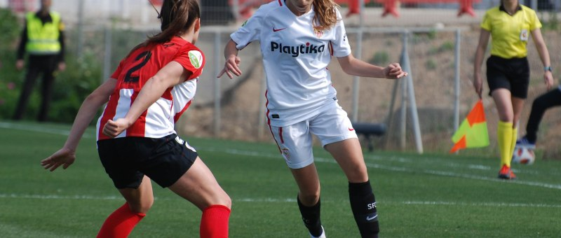 Olga se disputa en balón con una jugadora del Athletic Club