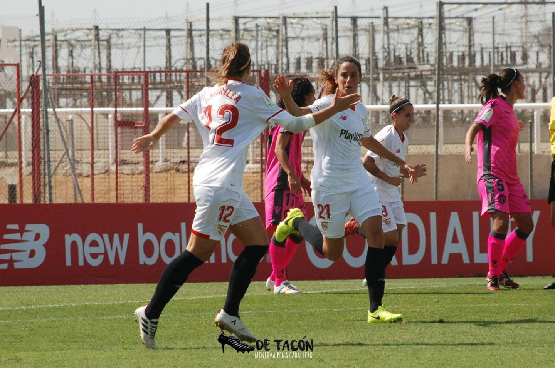 Jeni y Maite celebran el gol de la central ante el Levante UD