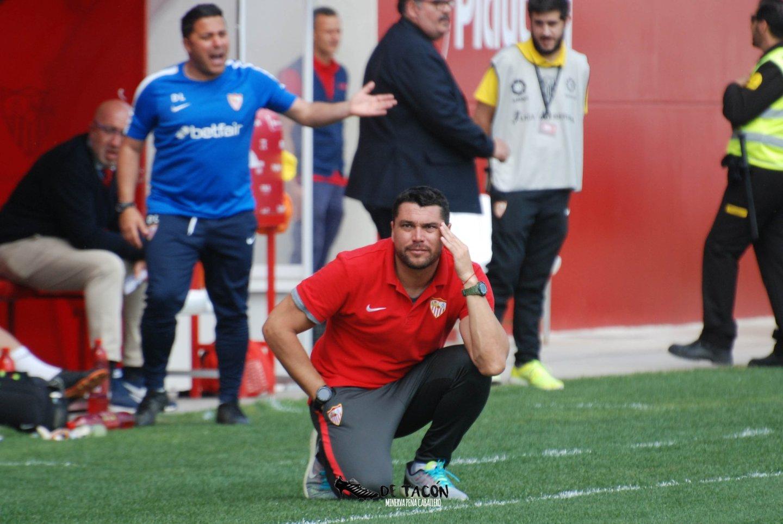 Cristian Toro en el banquillo del Jesús Nava ante el Madrid CFF
