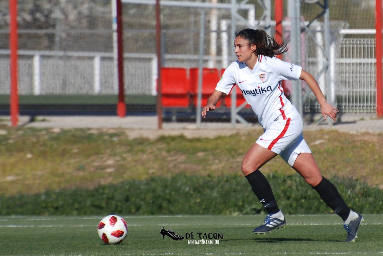 Marta Carrasco persigue un balón
