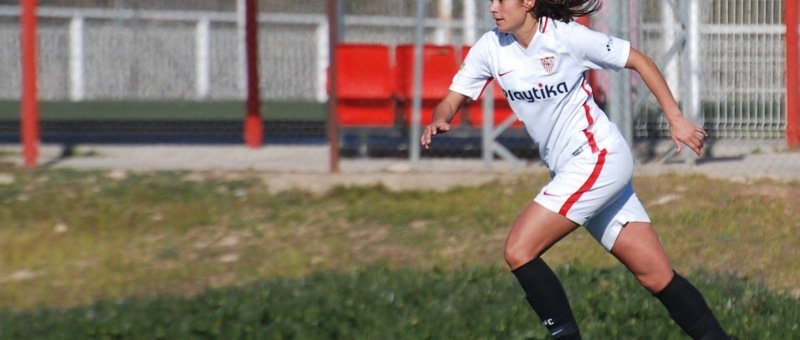 Marta Carrasco persigue un balón
