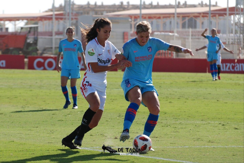 Ana Franco y Elna Linari luchando por un balón en el último choque en e CD José Ramón Cisneros Palacios