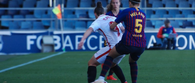 Melanie Serrano empuja a Raquel Pinel por la pelota