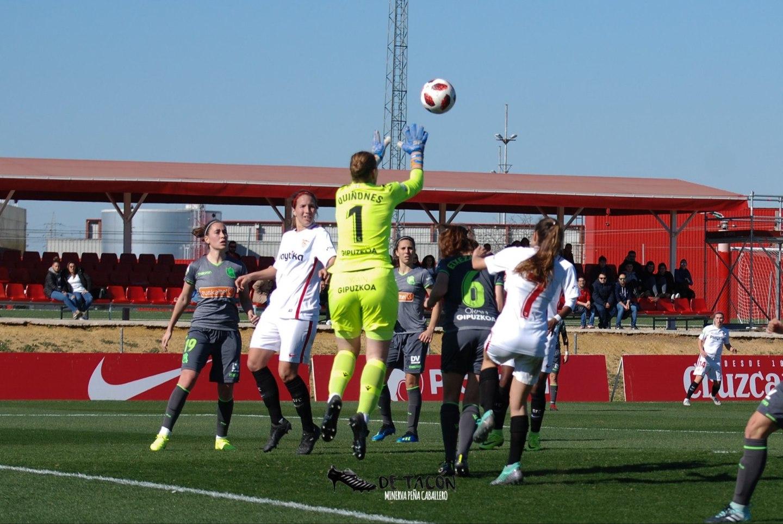 Sun ataja un balón ante varias jugadoras que intentaban meter gol