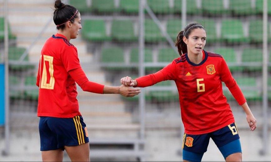 Jenni y Aitana se felicitan en el partido ante la Selección Promesas